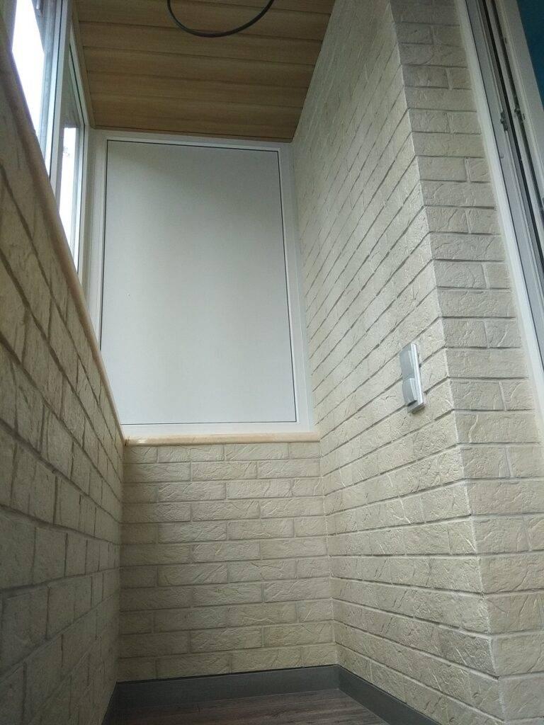 Отделка балкона декоративным     «кирпичиком».